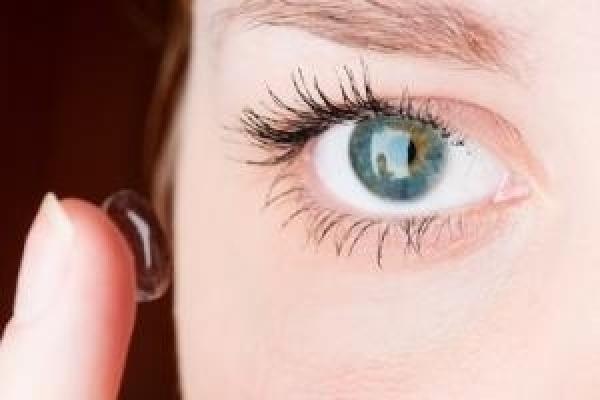 So setzen Sie Ihre Kontaktlinsen auf